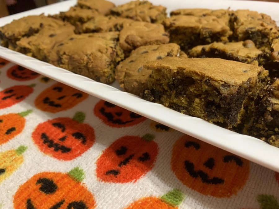 Need to have a pumpkin fix? Try this classic combination with a new twist -- Pumpkin Chocolate Chip Bars