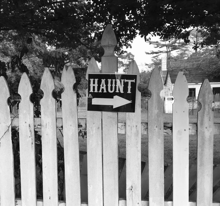Having a good time this Halloween season doesn't mean sacrificing good behavior. Here are the do's and don't's of haunted houses.